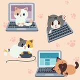 Gullig teckenkatt med datoren eller bärbara datorn, kattlek med datoren eller PC, kattlek i kontoret, kattarbetare vektor illustrationer