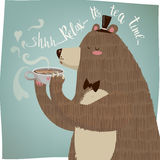 Gullig tecknad filmbjörn som dricker te stock illustrationer