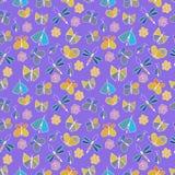 Gullig tecknad filmkrypuppsättning Sländor, fjärilar och blommor seamless vektor för modell Royaltyfri Foto