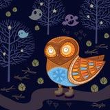 Gullig tecknad filmuggla i nattskogen med spökar Royaltyfri Fotografi
