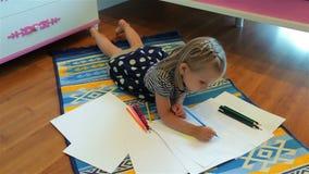 gullig teckningsflicka little Elementär ålder arkivfilmer