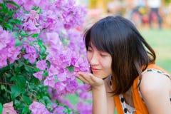 Gullig thailändsk flickadoft en purpurfärgade Kertas Arkivbild