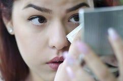Gullig tonårig fixande hennes makeup Royaltyfri Bild