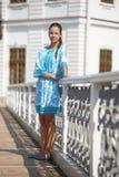 Gullig tonårig flicka i blåttklänning royaltyfri foto