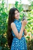 Gullig tonårig flicka med höna Fotografering för Bildbyråer