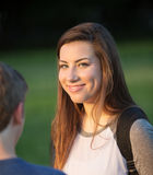 Gullig tonårig flicka med vänner Royaltyfria Foton