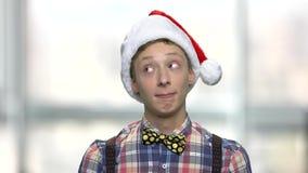 Gullig tonårig grabb i julhatt arkivfilmer