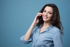 Gullig tonåring på telefonen Arkivbilder