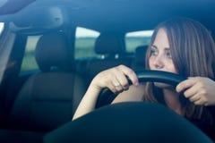 Gullig tonåring som kör hennes nya bil Arkivfoto