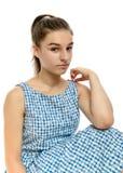 Gullig tonårs- flicka i den tillfälliga randiga klänningen som ser kameran Royaltyfria Bilder
