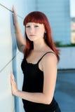 Gullig tonårs- flicka i svart dräkt Royaltyfria Bilder