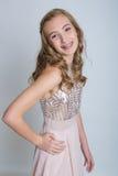 Gullig tonårs- flicka med hänglsen Royaltyfri Bild