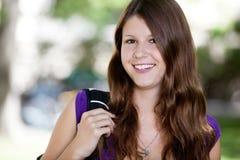 gullig tonårs- flickaholding för ryggsäck Royaltyfri Foto