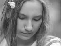 Gullig tonåring som ner ser Arkivfoton