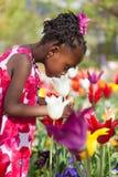 gullig trädgårds- flicka little som leker Arkivbild