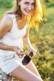Gullig trädgårdsmästare med plantan Royaltyfri Fotografi