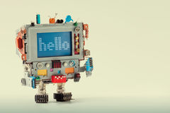 Gullig TVrobot med det roliga bildskärmdatorhuvudet, kondensator för elektroniska delar Färgrikt retro skärmteckenmeddelande Arkivfoton