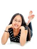 Gullig Tween som ligger på golv i tillfälligt, poserar Royaltyfria Bilder