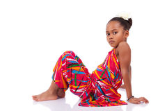 Gullig ung afrikansk asiatisk flicka i korrekt läge på golvet Fotografering för Bildbyråer
