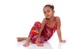 Gullig ung afrikansk asiatisk flicka i korrekt läge på golvet Arkivbilder