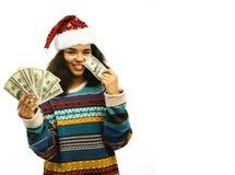 Gullig ung afrikansk flicka i santas den röda hatten med isolerade pengar Arkivbilder