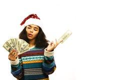 Gullig ung afrikansk flicka i santas den röda hatten med isolerade pengar Arkivfoto