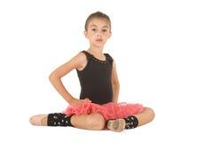 Gullig ung ballerinaflicka som poserar med armar i luften royaltyfria foton