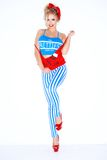 Gullig ung blond kvinna i en röd och blå dräkt Royaltyfri Fotografi