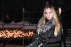 Gullig ung blondin i svart kläder arkivfoto