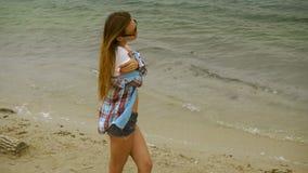 Gullig ung blondin på en kust lager videofilmer