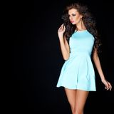 Gullig ung brunett som poserar i blåttklänning Arkivfoton