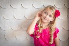 Gullig ung Caucasian flickastående mot en vägg royaltyfri foto