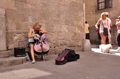 Gullig ung cellistgatamusiker Royaltyfri Fotografi