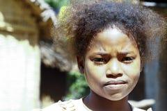 Gullig ung flicka för svart afrikan - fattigt barn Arkivfoto