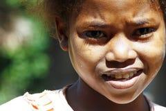 Gullig ung flicka för svart afrikan - fattigt barn Arkivbild