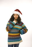 Gullig ung flicka i den isolerade santas röda hatten Arkivbild