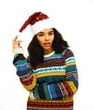 Gullig ung flicka i den isolerade santas röda hatten Royaltyfri Bild