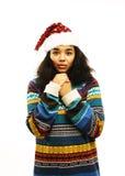 Gullig ung flicka i den isolerade santas röda hatten Arkivbilder