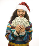 Gullig ung flicka i santas den röda hatten med isolerade pengar Arkivfoton