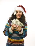 Gullig ung flicka i santas den röda hatten med pengar Fotografering för Bildbyråer