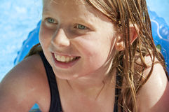 Gullig ung flicka i utomhus- simbassäng Arkivfoto