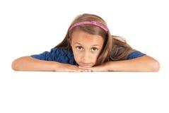 Gullig ung flicka som lägger på jordcloseupen Royaltyfri Foto