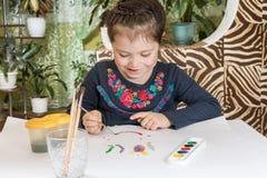 Gullig ung flicka som målar en bild royaltyfria foton