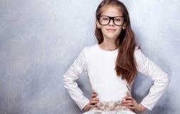 Gullig ung flicka som poserar i studio Royaltyfri Fotografi