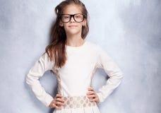 Gullig ung flicka som poserar i studio Royaltyfria Foton