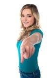 Gullig ung flicka som ut pekar dig Royaltyfri Fotografi