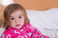 Gullig ung flicka som vaknas precis från hennes sömn Royaltyfri Fotografi