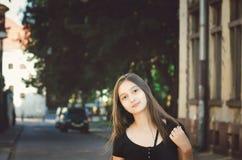 Gullig ung flicka utan makeup på bakgrunden av en härlig gammal byggnad royaltyfri fotografi