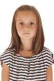 Gullig ung flickastående som ser höger på kamera I Fotografering för Bildbyråer