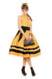Gullig ung kvinna i gul klänning arkivbilder